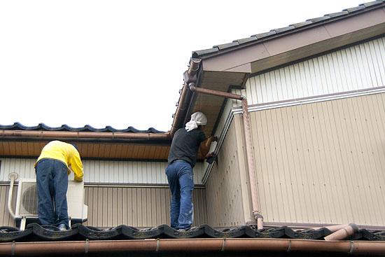 外壁塗装でヤスリによる汚れ落とし