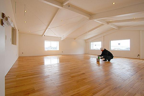 床のニス塗り